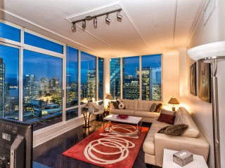 DOWNTOWN VANCOUVER'S 35TH FLOOR FABULOUS VIEW PENTHOUSE 3 BDR 2 BATH & PARKING