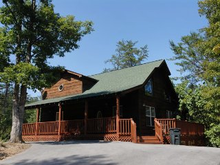 A Walk in The Woods 3 - Roomy 3 Bedroom 2.5 Bath Cabin- JUNE 10-15 $150 NIGHT