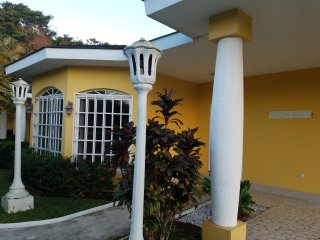 Spacious Luxury Villa for 10, La Ceiba