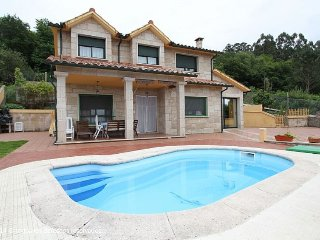 Chalet con piscina.