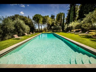 LAVISH 8BD VILLA WITH HEATED POOL & MAGNIFICENT GARDEN JUST MINUTES TO FLORENCE!