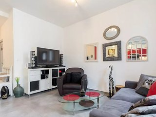 New Stylish Red Apartment close to beach, Juan-les-Pins