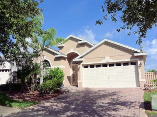 This Highlands Reserve 5/3 pool home beckons to the Florida sunshine. All you