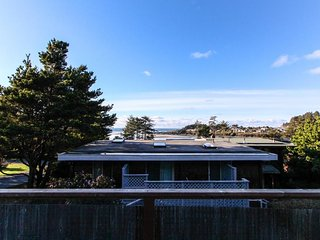 Luxury home near beach w/ocean view, fireplace, soaking tub., Yachats