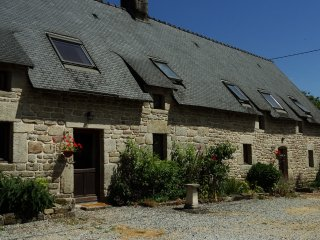 Cottage with large shared heated pool set in 30 acres, Guémené-sur-Scorff