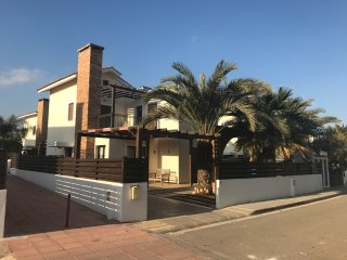 Olivia's Villa, Holiday Villa 50 meters from the Beach with Private Pool