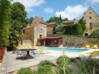 Gite de caractere à Bonaguil (11 pers) avec piscine chauffée en saison et tennis