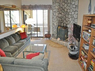 Comfortable ski-in/ski-out condo w/ shared hot tub & panoramic mountain views!, Mammoth Lakes