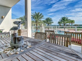 Resort-style ocean-front condo, w/shared pool, hot tub, fitness center & more!