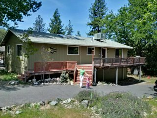 Spacious 3-bedroom 2-bathroom cabin, close to the lake, free WiFi!