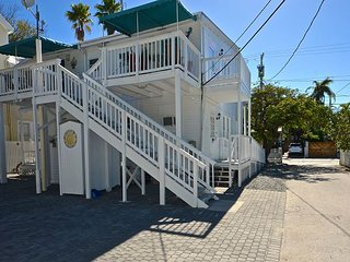 4 Flowers - Four Cute Condos with Private Parking in Perfect Location!, Key West
