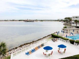 WATERFRONT 1BR/1BA APARTMENT FOR 4, POOL, CLOSE TO THE BEACHES, PORT AND AIRPORT