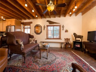 Two Casitas - Desert Breeze - Delightful Adobe Home Near the Rail yard