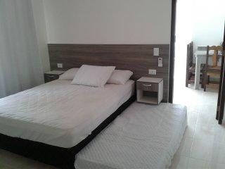 Suíte e cozinha 3 á 4 pessoas ambiente familiar, seguro e confortável., Bombinhas