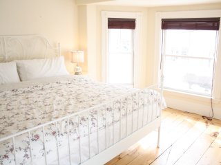 Spacious Victorian 3BR, King Tempurpedic Beds, 15m walk to Downtown Newburyport