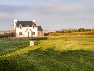 VALENTIA VIEW, woodburner and open fire, private garden, WiFi, detached