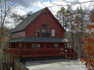 LUXURY-DELUXE CABIN NESTLED IN THE SMOKIES-SCENIC VIEWS, WIFI, EZ ACCESS TO PKWY