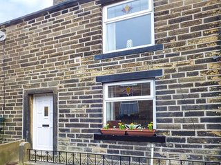 59 SUN STREET, romantic base, woodburning stove, spa bath, garden, in Haworth
