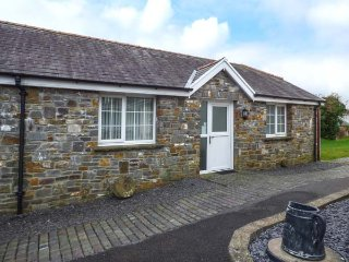 YSTABL, stable conversion, open plan living, pub within walking distance, Llanelli, Ref 950573