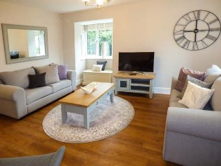AVOCET COTTAGE, three bedrooms, 1 pet ,enclosed garden, WiFi, nr Silverdale