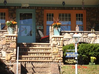 Bernardette's 3BR Bed and Breakfast, Johnstown