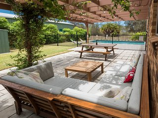 Driftwood Beach House - Beachfront, Swimming Pool, Sleeps 10, Pet Friendly, Burrum Heads