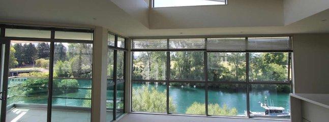 Vacker utsikt över floden från vardagsrummet