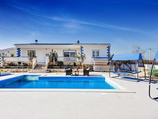 Beautiful Villa Mateo, Swimming Pool, BBQ, 10+2 People, in Zadar