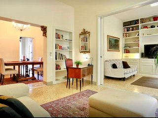 ELEGANT, REFURBISHED FLAT. WIFI, A/C WALKING DISTANCE AWAY FROM FLORENCE CENTER, Florence