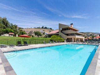 Modern and stylish condo w/ shared hot tub, pool & lakefront access!, Chelan