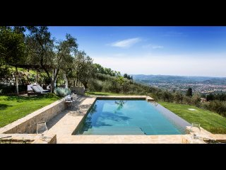 FABULOUS 4BD VILLA WITH MAGNIFICENT POOL & VIEWS, MINUTES TO DOWNTOWN FLORENCE!