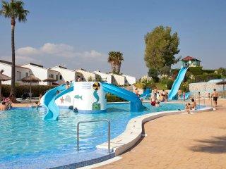 Ref 184.- Casa de 4 dormitorios, cerca de la playa y con piscinas (5 pases)