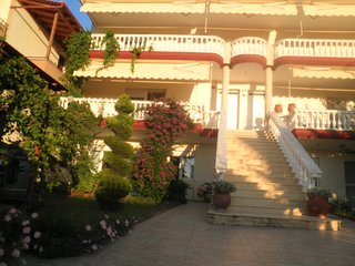 R64 Sunny apartment with beautiful garden!, Flogita