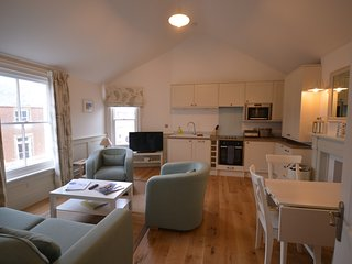 The Lighthouse - stylish apartment with lighthouse and sea views, Southwold