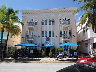 Ocean Drive Apartment oceanfront sleeps 8, Miami Beach