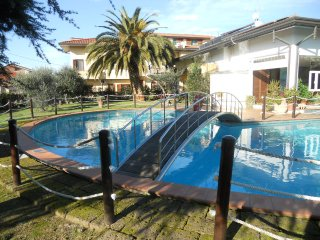 Casa il Ponte 2,5km from the beach! Swimming pool and garden. 2 apartments (4+4), Lido Di Camaiore