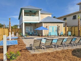 Brand New Home! Luxury Private pool, Free golf cart! 3 Minute walk to Beach!