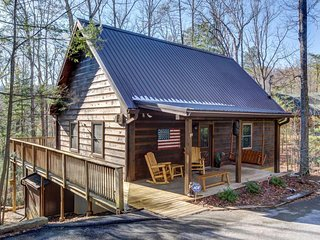Spacious cabin in the woods w/hot tub & shared seasonal pool/fishing pond access, Sevierville