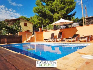 Villa Vespella for 10 in the Spanish countryside, only 12km from the beach!