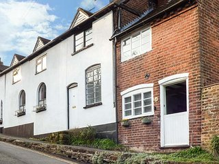 39 SANDY BANK, quirky cottage, king-size bed, enclosed patio, in Bewdley, Ref