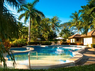 EcoVida Casa Cozy - Walk to the Beach! Huge Community Pools!
