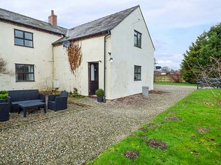 SEVERNSIDE, cosy cottage, countryside location, WiFi, in Four Crosses, near, Llanymynech