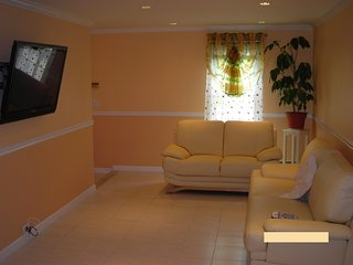 1st fl Parkview apt/private yard+wifi+parking incl, Valley Stream