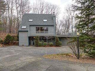 NEW RENTAL: Spacious 3 level, 4 BR home near skiing and shopping! Wifi!