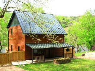 RIVERFRONT***Cabin w/hot tub on French Broad River, Asheville