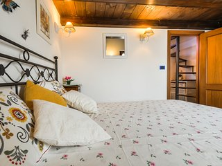 Charming location apt  Old Town  FREE WI-FI