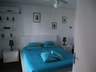 La chambre spacieuse, avec une excellente literie.