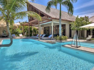Walk to the Beach! Spacious Resort Villa with Pool, AC, Free Wifi, Maid Service,