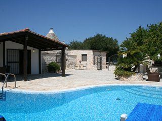 Pretty rural trullo in the Itria Valley with PRIVATE SOLAR HEATED POOL & Wifi, Alberobello