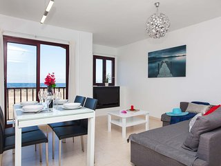 Bright apartment with sea views for 4 people